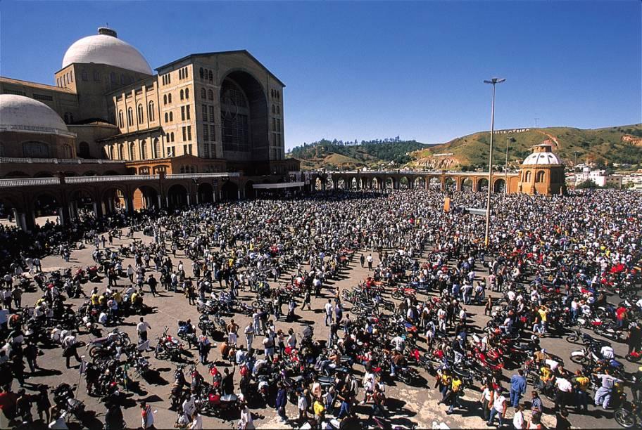 Missa campal para os participantes da motorromaria em homenagem a Nossa Senhora Aparecida, a padroeira dos motociclistas, na frente da Basílica de Aparecida