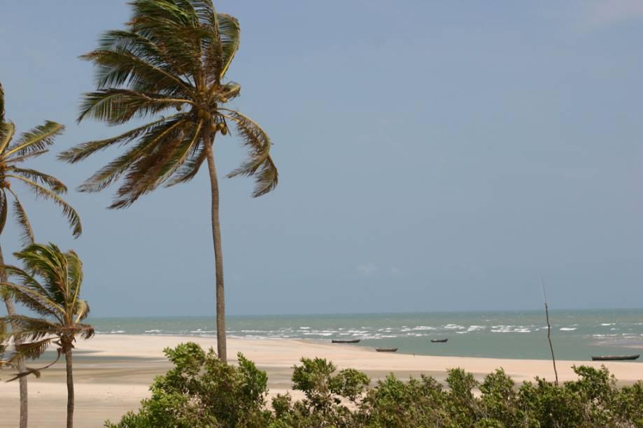 Dunas, coqueiros e mar verde caracterizam a Praia de Tatajuba