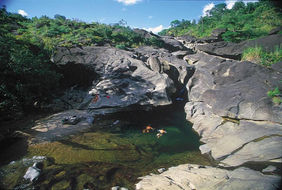 "A Chapada dos Veadeiros abriga rios cristalinos, cachoeiras de mais de 100 metros, trilhas e paredões de pedra. O Parque Nacional da Chapada dos Veadeiros foi declarado Patrimônio Mundial pela Unesco em 2001.<a href=""https://www.booking.com/searchresults.pt-br.html?aid=332455&sid=605c56653290b80351df808102ac423d&sb=1&src=searchresults&src_elem=sb&error_url=https%3A%2F%2Fwww.booking.com%2Fsearchresults.pt-br.html%3Faid%3D332455%3Bsid%3D605c56653290b80351df808102ac423d%3Bcity%3D-634931%3Bclass_interval%3D1%3Bdest_id%3D-631584%3Bdest_type%3Dcity%3Bdtdisc%3D0%3Bfrom_sf%3D1%3Bgroup_adults%3D2%3Bgroup_children%3D0%3Binac%3D0%3Bindex_postcard%3D0%3Blabel_click%3Dundef%3Bno_rooms%3D1%3Boffset%3D0%3Bpostcard%3D0%3Braw_dest_type%3Dcity%3Broom1%3DA%252CA%3Bsb_price_type%3Dtotal%3Bsearch_selected%3D1%3Bsrc%3Dsearchresults%3Bsrc_elem%3Dsb%3Bss%3DBrotas%252C%2520%25E2%2580%258BS%25C3%25A3o%2520Paulo%252C%2520%25E2%2580%258BBrasil%3Bss_all%3D0%3Bss_raw%3DBrotas%3Bssb%3Dempty%3Bsshis%3D0%3Bssne_untouched%3DCapara%25C3%25B3%26%3B&ss=Chapada+dos+Veadeiros%2C+Brasil&ssne=Brotas&ssne_untouched=Brotas&city=-631584&checkin_monthday=&checkin_month=&checkin_year=&checkout_monthday=&checkout_month=&checkout_year=&group_adults=2&group_children=0&no_rooms=1&from_sf=1&ss_raw=Chapada+dos+Veadeiros&ac_position=0&ac_langcode=xb&dest_id=5364&dest_type=region&place_id_lat=-14.100588&place_id_lon=-47.578909&search_pageview_id=8a2999aad3560235&search_selected=true&search_pageview_id=8a2999aad3560235&ac_suggestion_list_length=5&ac_suggestion_theme_list_length=0"" target=""_blank"" rel=""noopener""><em>Busque hospedagens na Chapada dos Veadeiros</em></a>"