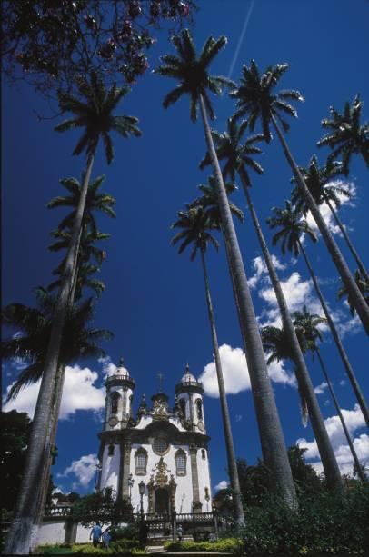 O projeto da portada da Igreja de São Francisco de Assis, esculpida em pedra-sabão, é atribuído a Aleijadinho