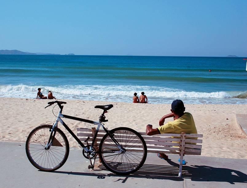 A faixa de areia, estreita e fofa, da Praia do Peró é frequentada por famílias
