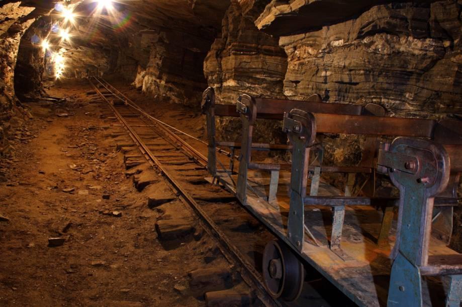 """No passeio à <a href=""""http://viajeaqui.abril.com.br/estabelecimentos/br-mg-mariana-atracao-mina-de-ouro-da-passagem-1720"""" rel=""""Mina de Ouro da Passagem"""">Mina de Ouro da Passagem</a>, os turistas descem 120 metros de profundidade para observar as cavidades por onde o metal foi extraído"""