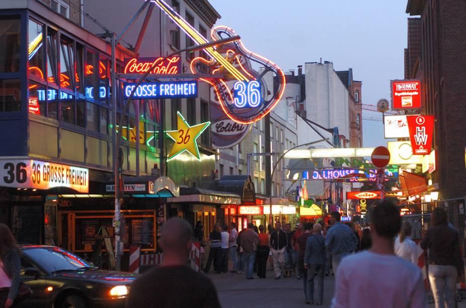Agito noturno na rua Grosse Freiheit, no bairro de Saint Pauli, em Hamburgo