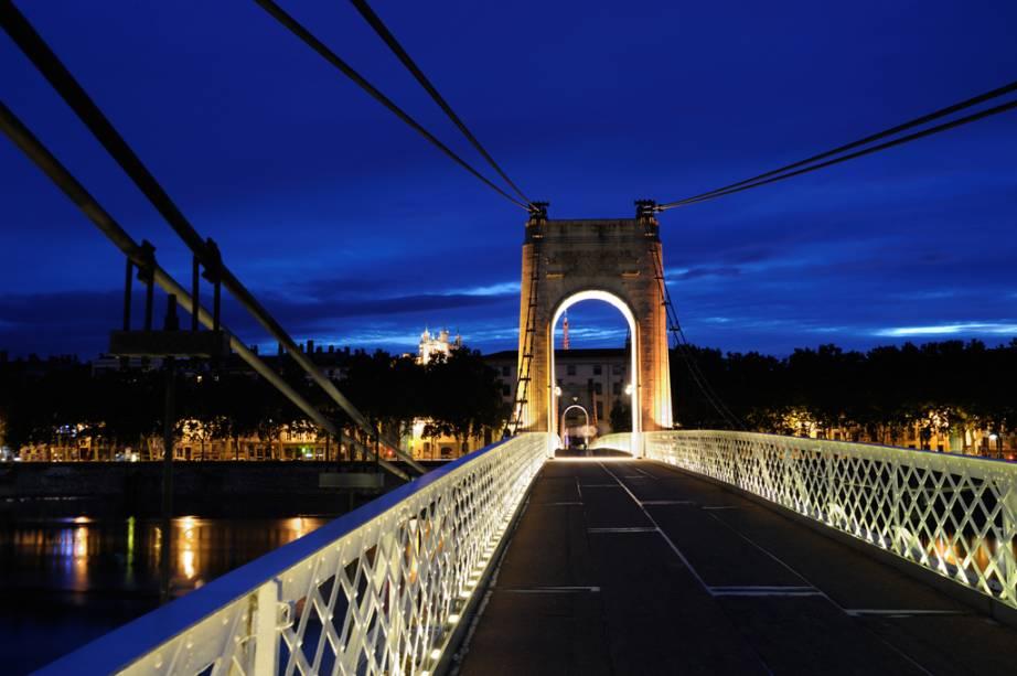 Ponte de Lyon com iluminação noturna
