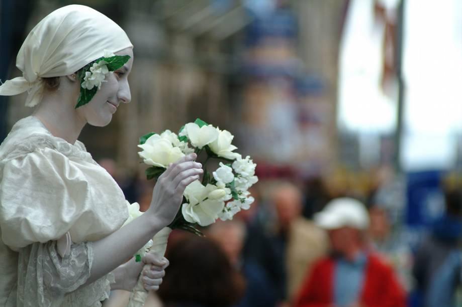 """Atriz faz performance de rua durante o Festival de <a href=""""http://viajeaqui.abril.com.br/cidades/escocia-edimburgo"""" rel=""""Edimburgo"""" target=""""_blank"""">Edimburgo</a>, em que por três semanas, entre agosto e setembro, a cidade transforma-se num palco global de música, dança, teatro e artes visuais"""