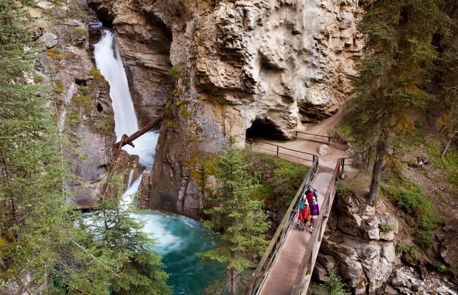 <strong>Cânion Johnston</strong>        O cânion é uma das formações rochosas mais espetaculares do Parque. Ao invés de andar nas bordas do cânion, uma passarela leva bem para o centro dele, por dentro de um túnel que se abre nas cachoeiras que você vê na foto. A trilha é de nível fácil