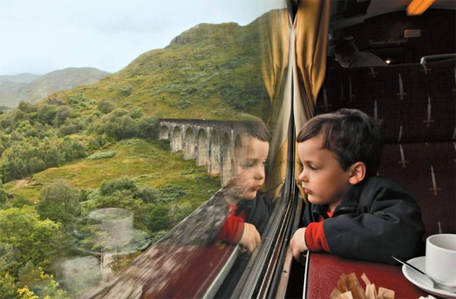 """A Escócia foi cenário para gravações da série de filmes Harry Potter– e é possível fazer passeios de trem no melhor estilo Expresso Hogwarts em terras escocesas; <a href=""""http://viajeaqui.abril.com.br/materias/as-melhores-locacoes-do-cinema-pelo-mundo#2"""" rel=""""saiba mais"""" target=""""_blank"""">saiba mais</a>"""
