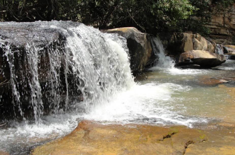 Lajedo é nome atribuído à perfeição do acabamento das rochas que cobrem uma grande área no leito do rio Bisnau, Goiás. O rio possui uma cachoeira com cerca de 2 metros de altura e forma cascatas com desníveis que chegam a 10 metros, terminando em um poço de águas cristalinas com 3 metros de profundidade