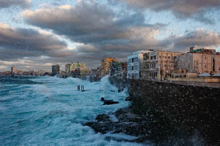 O muro centenário do Malecón, a famosa orla marítima de Havana, protege a cidade dos golpesdo mar revolto. Em dias mais calmos, moradores e turistas saem a passeio na calçada.
