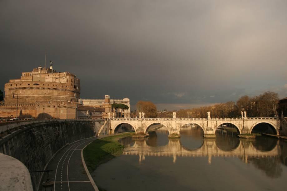 Castelo SantAngelo e Ponte Vittorio Emanuele II sobre o Rio Tevere, que leva ao Vaticano
