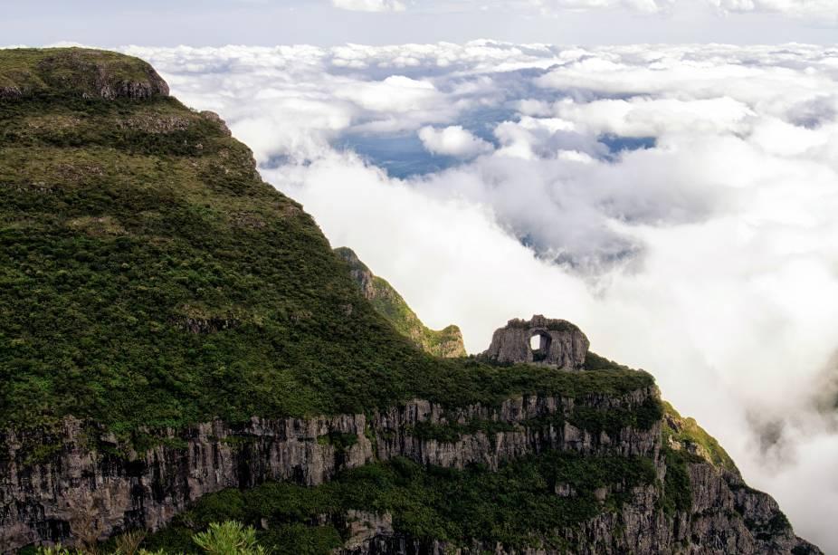 """Os três parques nacionais somam mais de 40 mil hectares na fronteira entre <a href=""""http://viajeaqui.abril.com.br/estados/br-rio-grande-do-sul"""" target=""""_blank"""">Rio Grande do Sul</a> e <a href=""""http://viajeaqui.abril.com.br/estados/br-santa-catarina"""" target=""""_blank"""">Santa Catarina</a>. É possível acampar em um ou dois lugares diferentes e usá-los como base para explorar as montanhas e cânions em volta. São diversas trilhas que podem ser percorridas de bicicleta, que passam pelos 64 cânions da região, algumas exigem bastante preparo físico. Os mais famosos são os do <a href=""""http://viajeaqui.abril.com.br/estabelecimentos/br-rs-cambara-do-sul-atracao-canion-do-itaimbezinho"""" target=""""_blank"""">Itaimbezinho</a>, <a href=""""http://viajeaqui.abril.com.br/estabelecimentos/br-rs-cambara-do-sul-atracao-canion-da-fortaleza"""" target=""""_blank"""">Fortaleza</a>, <a href=""""http://viajeaqui.abril.com.br/estabelecimentos/br-rs-cambara-do-sul-atracao-trilha-para-as-piscinas-do-malacara"""" target=""""_blank"""">Malacara</a>, Churriado e Coroados. O cânion do Itaimbezinho tem profundidade de mais de 1.500 metros, mais que o <a href=""""http://viajeaqui.abril.com.br/estabelecimentos/estados-unidos-las-vegas-atracao-grand-canyon"""" target=""""_blank"""">Grand Canyon</a>, nos Estados Unidos! No Parque São Joaquim, apesar das montanhas, há vários trechos planos bons para pedalar – e a vista estonteante do <a href=""""http://viajeaqui.abril.com.br/estabelecimentos/br-sc-urubici-atracao-morro-da-igreja"""" target=""""_blank"""">Morro da Igreja</a> (foto), que tem 1822 metros de altitude e temperaturas abaixo de zero no inverno"""