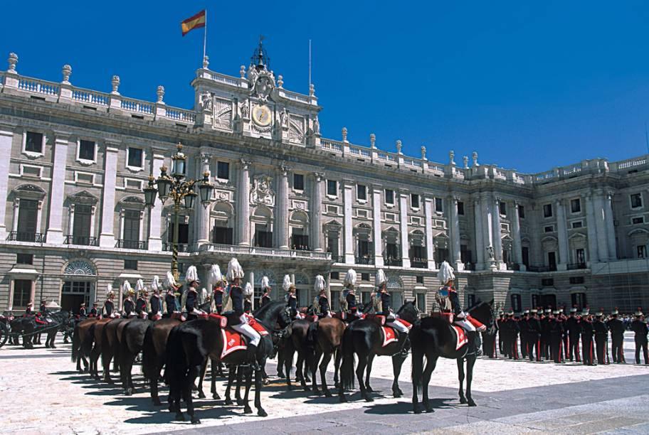 Arquitetos italianos e artistas franceses foram convidados para projetar e decorar os quase 3000 cômodos do Palácio Real em Madri