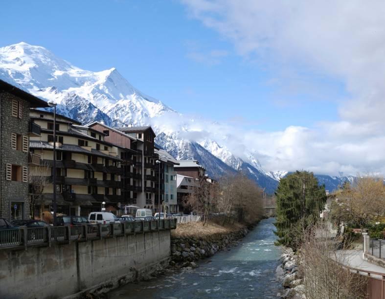 """A mais de mil metros de altitude, o município francês mais próximo do Mont Blanc, <a href=""""http://viajeaqui.abril.com.br/materias/esqui-e-vida-selvagem-na-francesa-chamonix"""" rel=""""Chamonix-Mont Blanc"""" target=""""_blank"""">Chamonix</a>, tem charmosas casinhas nas encostas"""