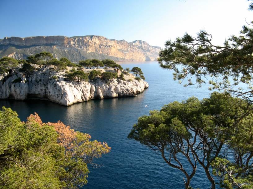 """A 32 quilômetros de <a href=""""http://viajeaqui.abril.com.br/cidades/franca-marselha"""" rel=""""Marselha"""">Marselha</a>, as calanques de Cassis são Impressionantes formações rochosas que mergulham no mar azul-turquesa"""