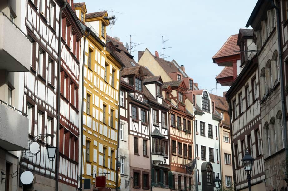 Dentro das muralhas construídas na Idade Média se concentram as igrejas, bares e restaurantes, principais atrações de Nuremberg