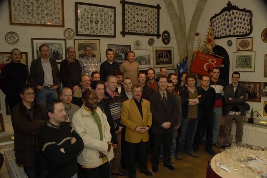 O <strong>Leuven </strong>é um rito de passagem para homens de 40 anos que fomenta o sentimento de comunidade em várias cidades da <strong>Bélgica</strong>. Os grupos participam de atividades sociais e filantrópicas durante dez anos. Cada grupo tem sua própria medalha, bandeira e uniforme