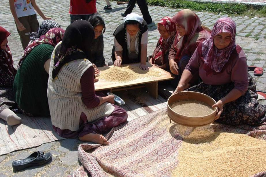O <strong>keskek </strong>é um prato tradicional da <strong>Turquia</strong>, feito a base de trigo para casamentos e festas religiosas. Homens e mulheres participam de todo o processo: da seleção dos grãos ao preparo em enormes caldeirões