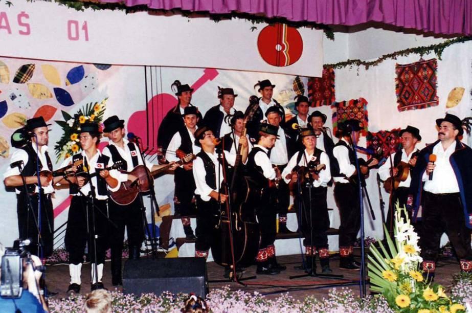 O canto e música <strong>bećarac </strong>é bastante comum em celebrações na <strong>Croácia</strong>. Os cantores improvisam versos por um longo tempo, acompanhados por um coro e uma banda, onde expressam seus sentimentos