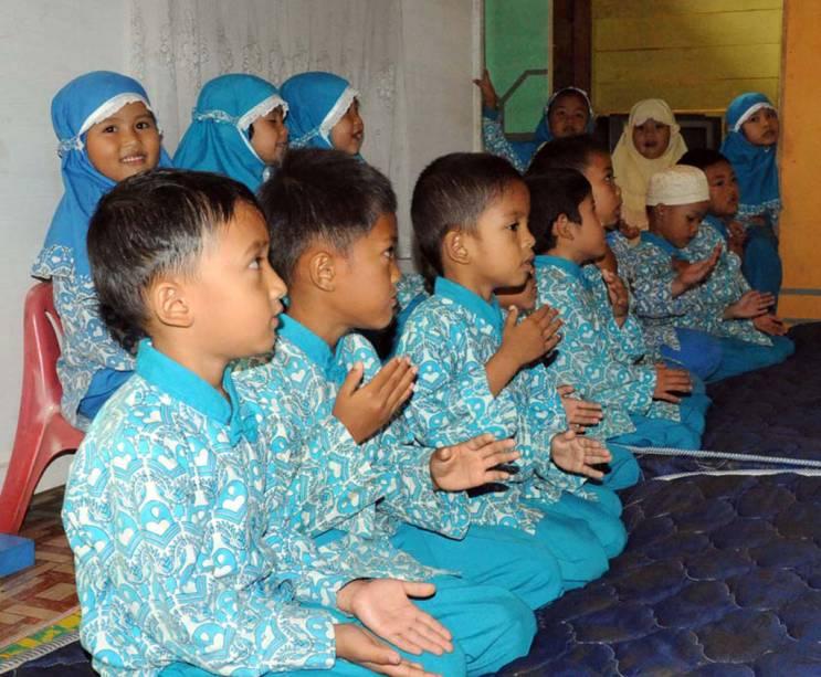 A dança <strong>Saman </strong>é realizada por crianças na ilha de Sumatra, na <strong>Indonésia</strong>. Sentados de joelhos ou de cócoras, os dançarinos batem palmas, batem no peito e nas coxas, estalam os dedos e balançam a cabeça