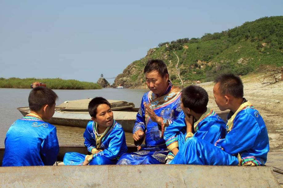 A arte narrativa <strong>Yimakan </strong>do povo hezchen, na <strong>China</strong>, fala sobre batalhas e vitórias dos heróis locais contra monstros e invasores. Os narradores usam melodias diferentes para representar os vários personagens e temas, já que a narração não é acompanhada por instrumentos musicais