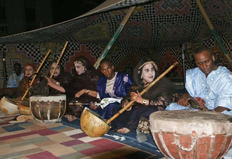 O <strong>T'heydinn </strong>compreende dezenas de poemas que exaltam os feitos dos emires e sultões mouros, acompanhadas por tambores, saltérios e harpas. Estes espetáculos celebram a paz em reuniões tribais e familiares na <strong>Mauritânia</strong>
