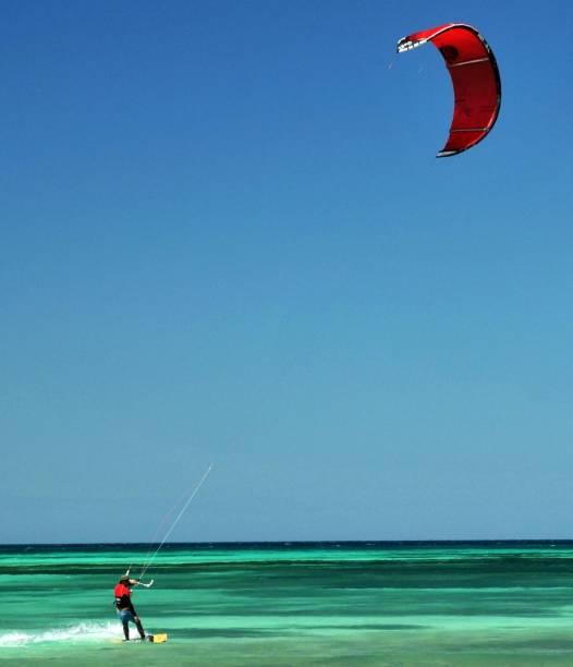 Kitesurfing é uma das muitas opções de esportes que Aruba oferece ao turista