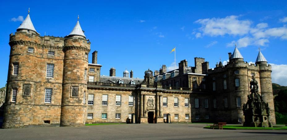 """A atual monarca, Elizabeth II, usa o Holyroodhouse, em Edimburgo, como residência oficial em suas visitas à <a href=""""http://viajeaqui.abril.com.br/paises/escocia"""" rel=""""Escócia"""" target=""""_blank"""">Escócia</a>, quando suntuosas cerimônias são organizadas em seus belos aposentos"""