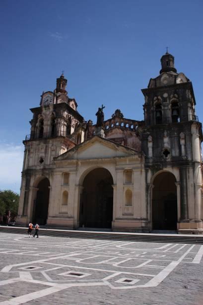 Inaugurada no século 18, a Catedral de Córdoba, levou quase 200 anos para ser concluída. O edifício é uma mistura de estilos: a fachada é neoclássica, a cúpula é românica e as torres são barrocas