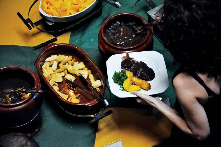 No Bossa Nossa, no bairro da Lapa, no Rio de Janeiro, a festa começa cedo aos sábados. A partir das 13h, uma farta feijoada é servida em caldeirões fumegantes, enquanto o chopp rola solto nas geladas serpentinas