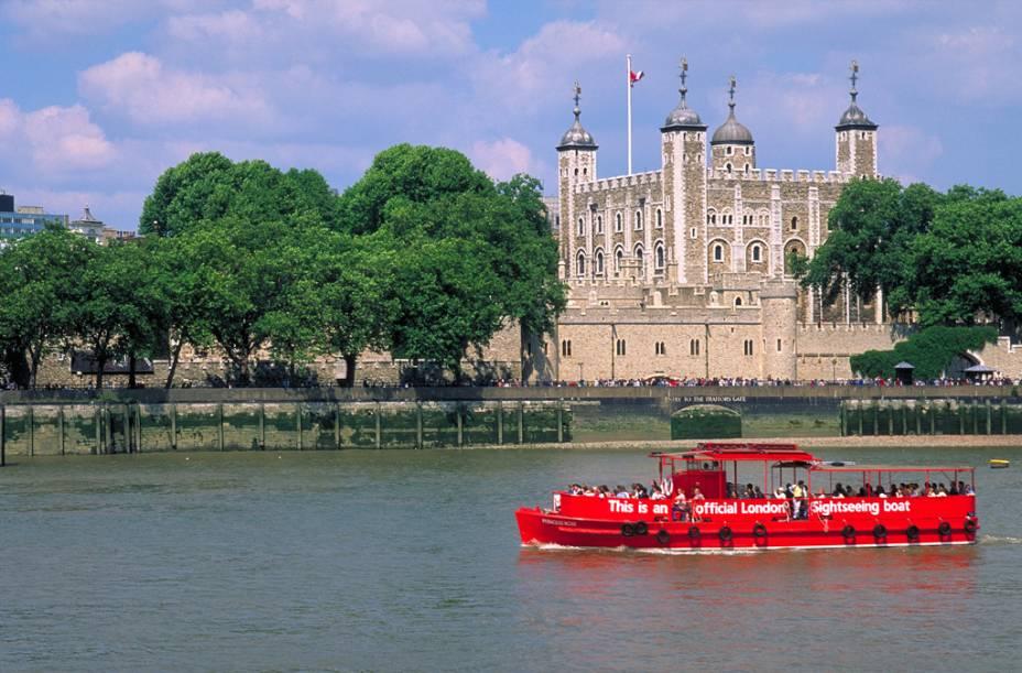 A histórica Torre de Londres, fortificação erguida por Guilherme, o Conquistador, às margens do Rio Tâmisa
