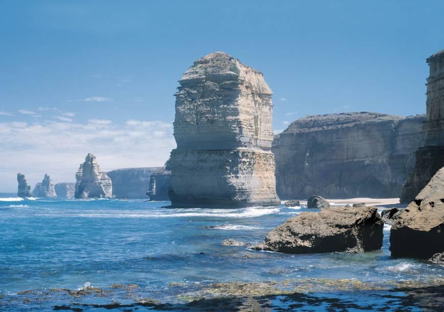 Os 12 apóstolos são pedras de até 70 metros de altura esculpidas pelo vento e pela água, que podem ser vistas pela Great Ocean Road, estrada que vai de Melbourne a Adelaide