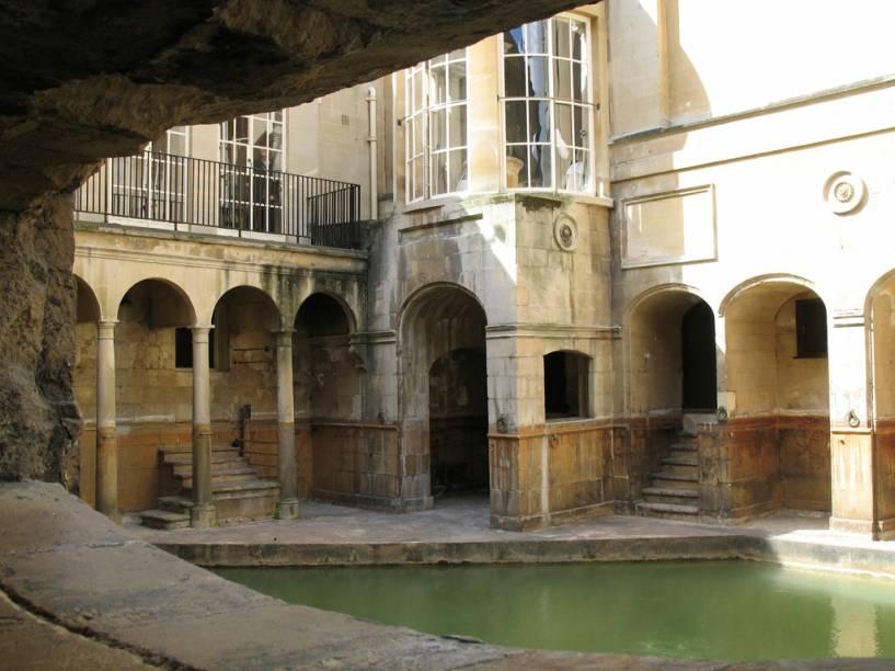 A visita às ruínas dos banhos romanos inclui as termas e o templo de Minerva, uma exibição de objetos arqueológicos e vários atores-guias dramatizando a vida dos romanos