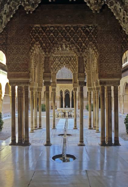 Pátio dos Leões, em Alhambra, revela o talento dos artesãos que deram forma às colunas de gesso e madeira