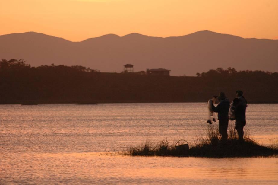 Famílias com crianças adoram a Lagoa de Ibiraquera, com águas calmas e viveiro natural de camarões e siris