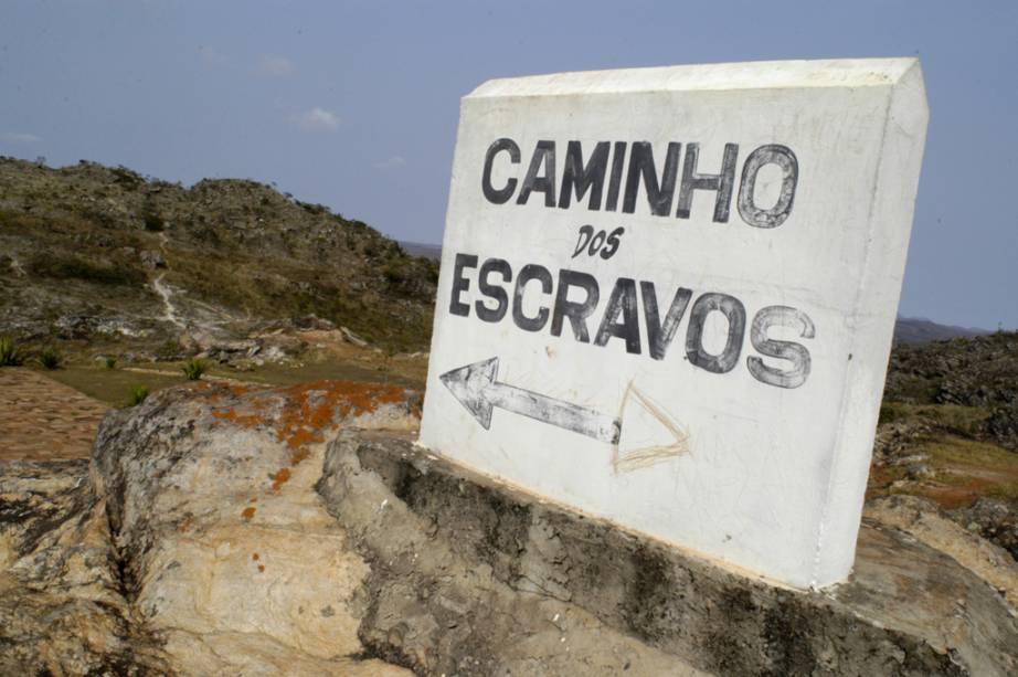 Placa indicando o Caminho dos Escravos, parte da antiga Estrada Real do Brasil Colônia