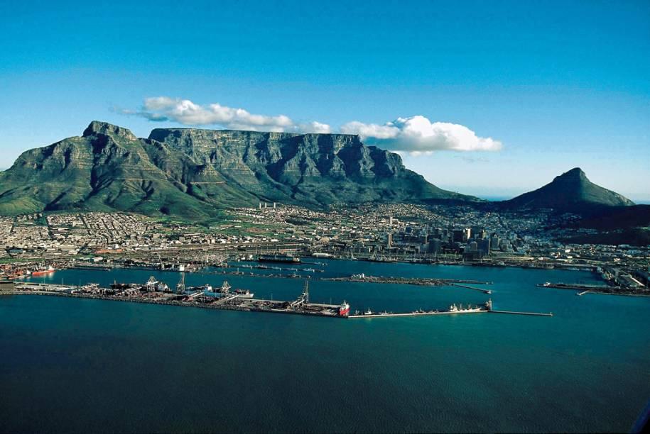 """De qualquer ponto da <a href=""""http://viajeaqui.abril.com.br/cidades/africa-do-sul-cidade-do-cabo"""" rel=""""Cidade do Cabo"""" target=""""_blank"""">Cidade do Cabo</a> é possível ver a <a href=""""http://viajeaqui.abril.com.br/estabelecimentos/africa-do-sul-cidade-do-cabo-atracao-table-mountain"""" rel=""""Table Mountain"""" target=""""_blank"""">Table Mountain</a>. A montanha dá nome ao parque nacional que abriga zebras, antílopes, babuínos e mais de 2 mil espécies de plantas"""