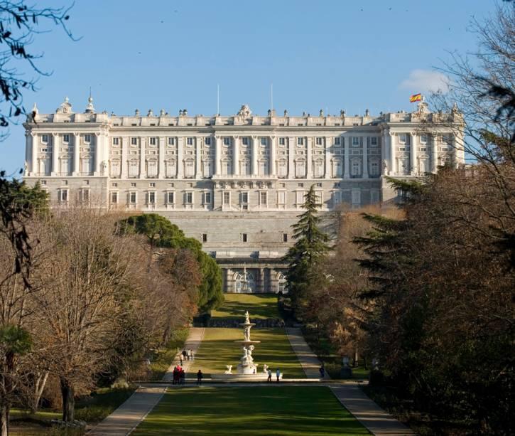 O Palácio Real foi erguido no século 18, pelo rei Felipe V, com um objetivo: impressionar. São quase 3000 cômodos, todos em estilo barroco e rococó