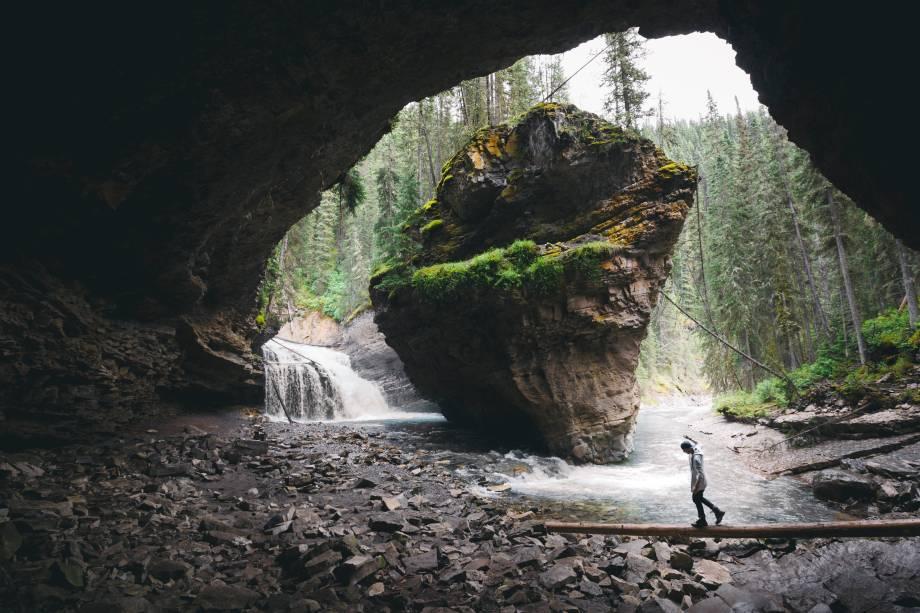 <strong>Cânion Johnston</strong>        Se continuar seguindo pela trilha do cânion, vai passar por mais uns túneis e cachoeiras, como essa combinação mágica da foto. Para uma perspectiva única da área, continue até o mirante no topo da última cachoeira