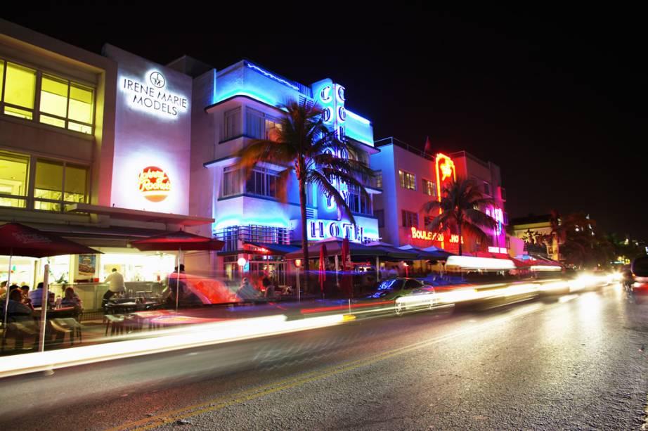 Danceterias, bares e restaurantes são algumas das opções da Ocean Drive, em Miami, famosa pela arquitetura art deco dos edifícios de frente para o mar