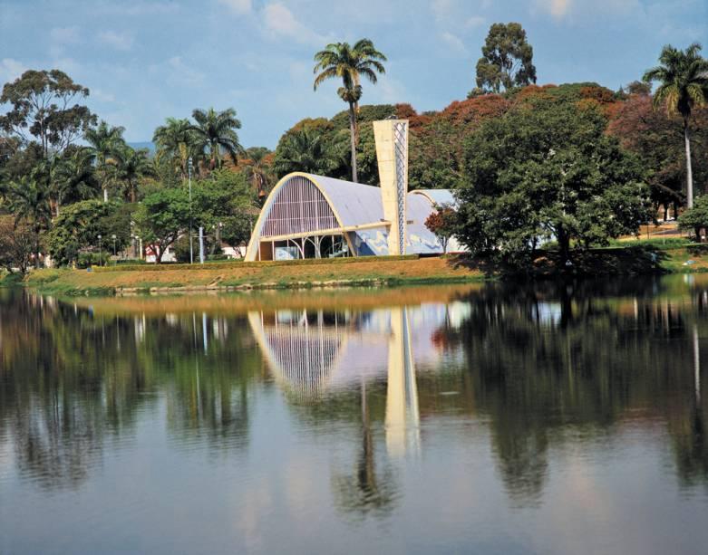"""As maiores riquezas da <a href=""""http://viajeaqui.abril.com.br/estabelecimentos/br-mg-belo-horizonte-atracao-igreja-de-sao-francisco-de-assis"""" rel=""""Igreja São Francisco de Assis"""">Igreja São Francisco de Assis</a> são as linhas curvas, os azulejos de Cândido Portinari e a vista para a Lagoa da Pampulha, em <a href=""""http://viajeaqui.abril.com.br/cidades/br-mg-belo-horizonte"""" rel=""""Belo Horizonte"""">Belo Horizonte</a> (MG)"""