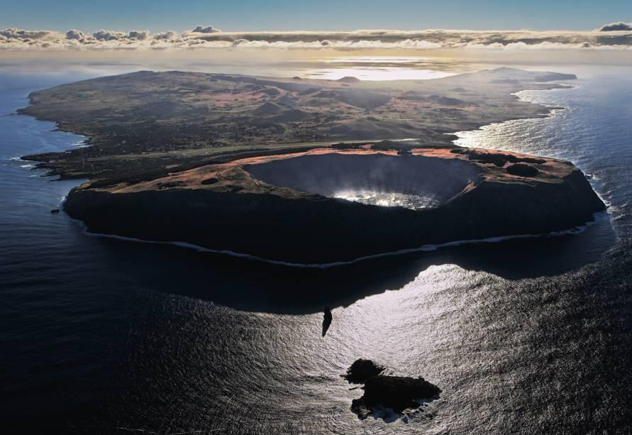 Três vulcões formaram a ilha, há meio milhão de anos. Existem três lagos de cratera, mas nenhum rio; a água doce é escassa. O Chile, de onde vêm o combustível e boa parte dos alimentos, fica a 3 500 quilômetros