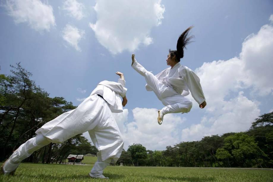 O <strong>taekkyeon </strong>é uma tradicional arte marcial da <strong>Coreia do Sul</strong>, em que os movimentos rítmicos, suaves e circulares, se assemelham aos de uma dança. O praticante aprende técnicas defensivas e ganha flexibilidade. A atividade ajuda a integrar comunidades rurais