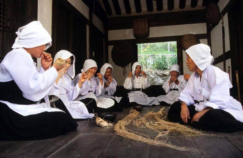 As técnicas de <strong>tear o Mosi </strong>são transmitidas às mulheres da região de Hansan, na <strong>Coreia do Sul,</strong> de geração a geração. Feito a partir de rami, uma fibra natural, o processo inclui a coleta das plantas, fervura e trançado da fibras