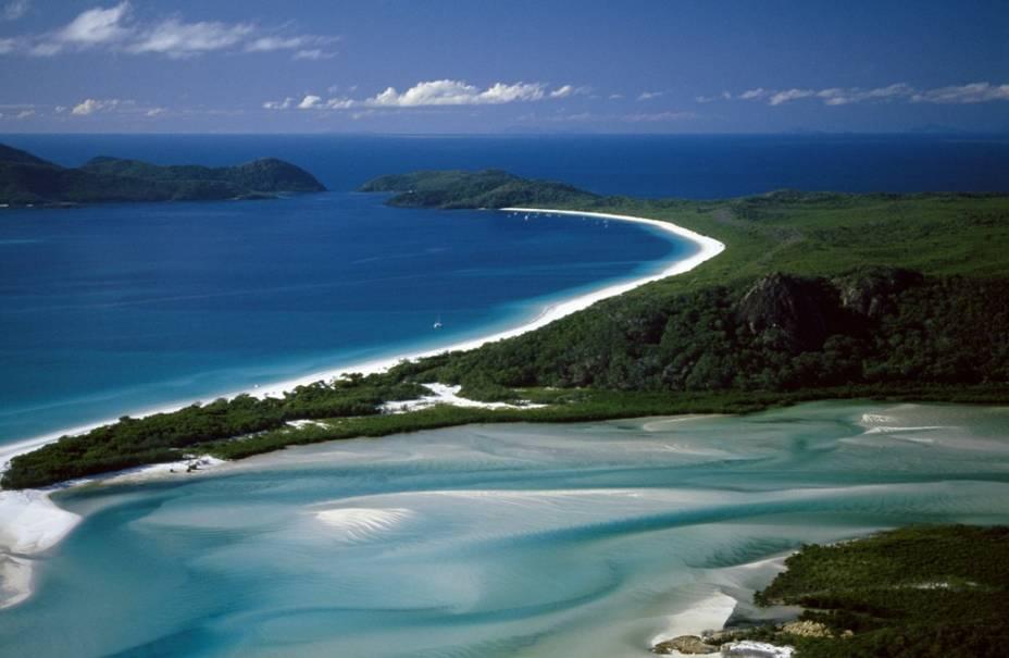 Considerada uma das mais belas praias do globo, Whitehaven, nas ilhas Whitsunday, combina águas limpíssimas e alvos bancos de areia num encantador bailar de formas. As políticas preservacionistas aqui implementadas são uma referência para destinos turísticos semelhantes