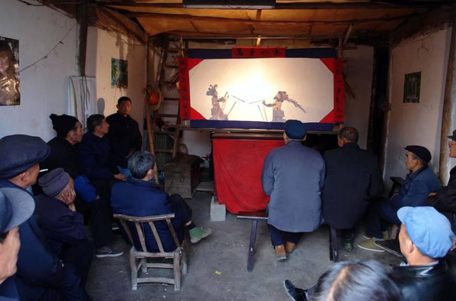 O <strong>teatro de sombras</strong> da <strong>China </strong>é uma forma de divulgar conhecimento e proporcionar diversão. Os artistas confeccionam as marionetes com couro e papel, e as manipulam com varinhas, atrás de uma tela iluminada, que cria a ilusão de imagens móveis