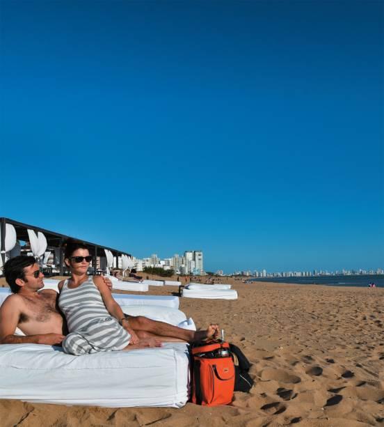 As espreguiçadeiras na areia do hotel Serena, marca registrada de Punta