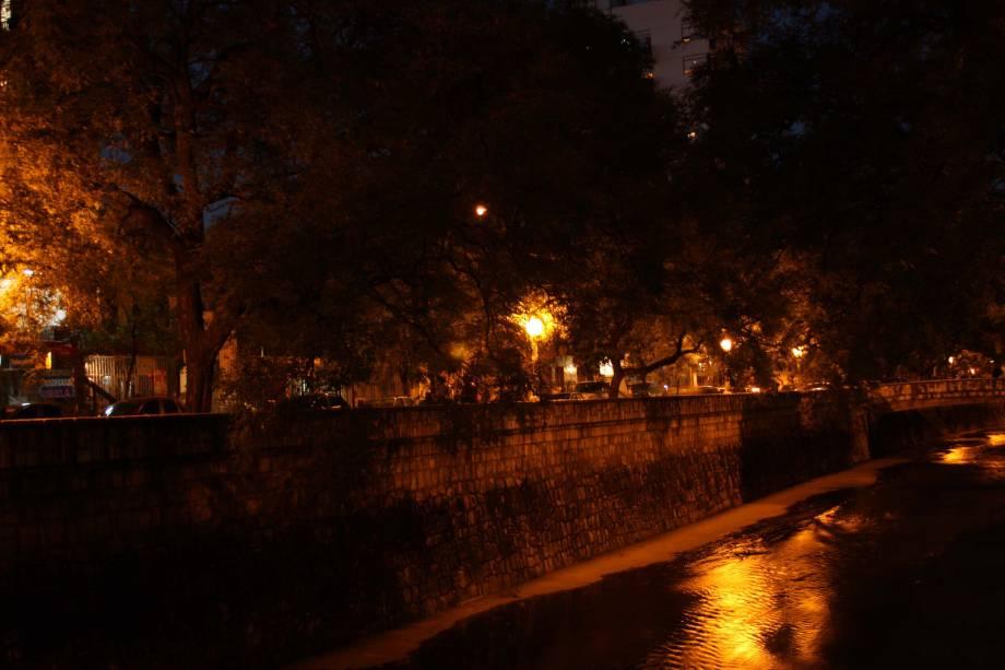 Construída para evitar enchentes, La Cañada se tornou um dos símbolos da cidade. As alamedas laterais, no boêmio bairro Güemes, ficam repletas de jovens e turistas nos fins de semana