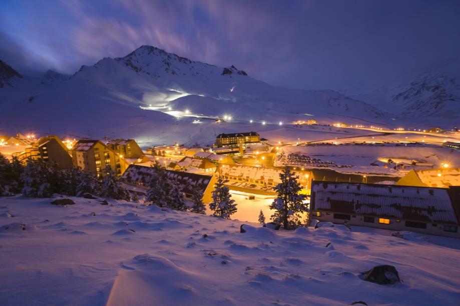 À noite, a diversão continua nas pistas de esqui iluminadas, ou na balada das danceterias, restaurante e cassino