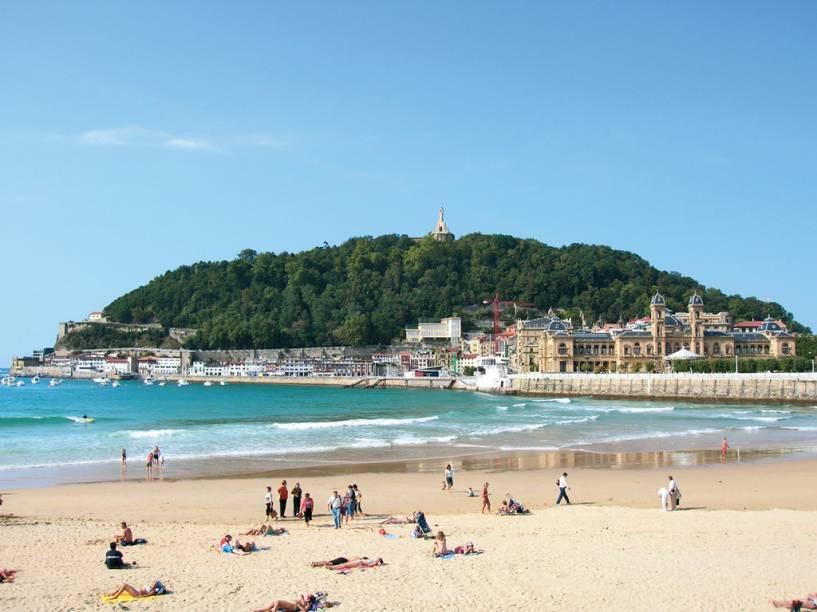 A larga e convidativa faixa de areia da Praia de La Concha, em San Sebastián