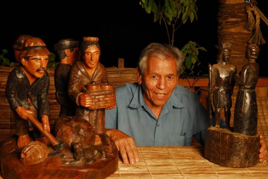 Ditinho Joana, conhecido no Brasil e no exterior pelas peças esculpidas no jacarandá e que retratam cenas rurais